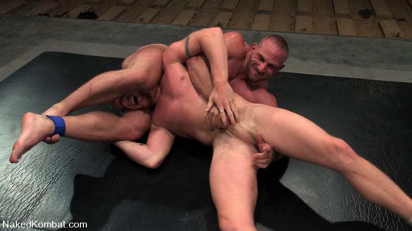 2 lutteurs très musclés