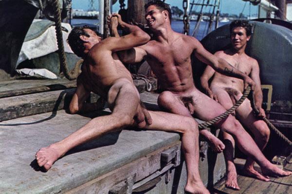 Jeux de force entre marins nus