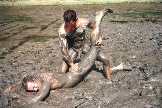 Photos de lutte de boue nue